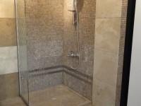 sol de douche et mur de douche en marbre