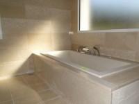 Entourage de baignoire et mur de salle de bain en botticino