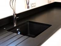 detail cuisine granit noir indien finition cuir marbrerie bonaldi le muy
