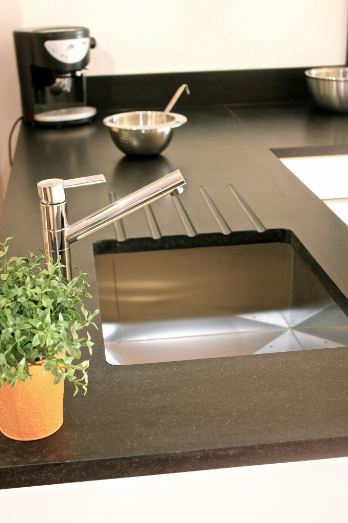 plan de travail de cuisine en noir zimbabw cuir avec evier inox par dessous. Black Bedroom Furniture Sets. Home Design Ideas