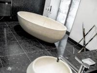 salle de bain en granit brown antic avec baignoire en pierre marbrerie bonaldi le muy var