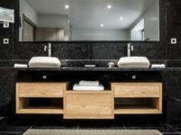 salle de bain en granit noir antic brown murs et plan de vasque marbrerie bonaldi
