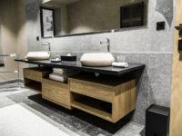 salle de bain en pierrre grise cénia flammé avec plan de vasque en granit noir marbrerie bonaldi var le muy
