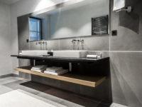 salle de bain pierre grise et plan de vasque granit noir marbrerie bonaldi var le muy