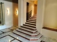 escalier en blanc carrare avec contres-marches en rouge de france