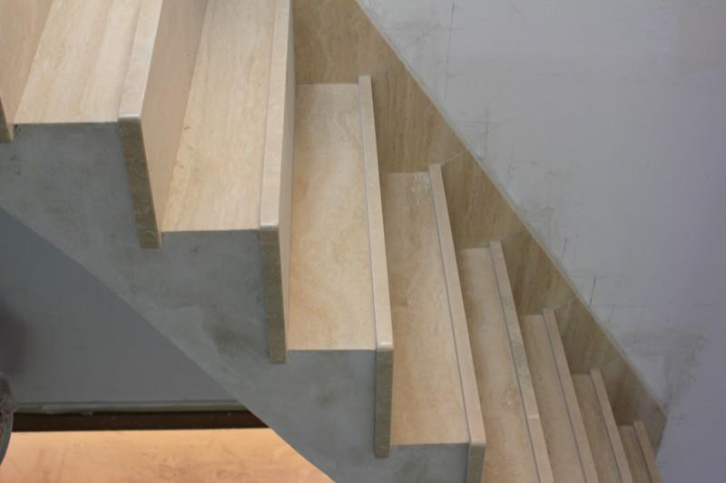Escalier travertin meilleures images d 39 inspiration pour for Peindre escalier travertin