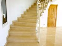 escalier intérieur en botticino poli