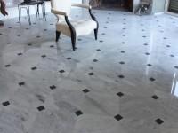 sol en marbre blanc cararre poli avec cabochon en ardoise marbrerie bonaldi
