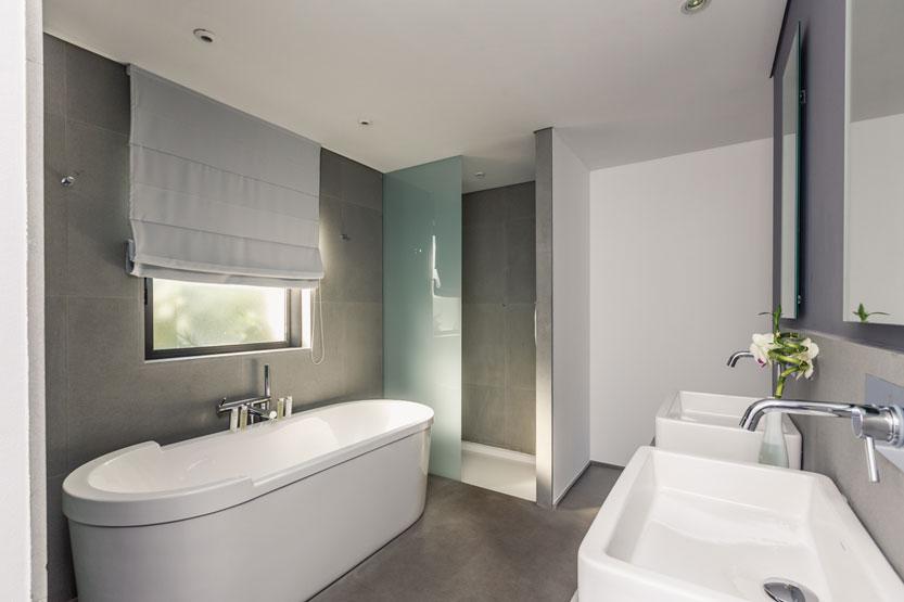 Les salles de bains de l 39 h tel le mandala marbrerie for Moisissure mur salle de bain